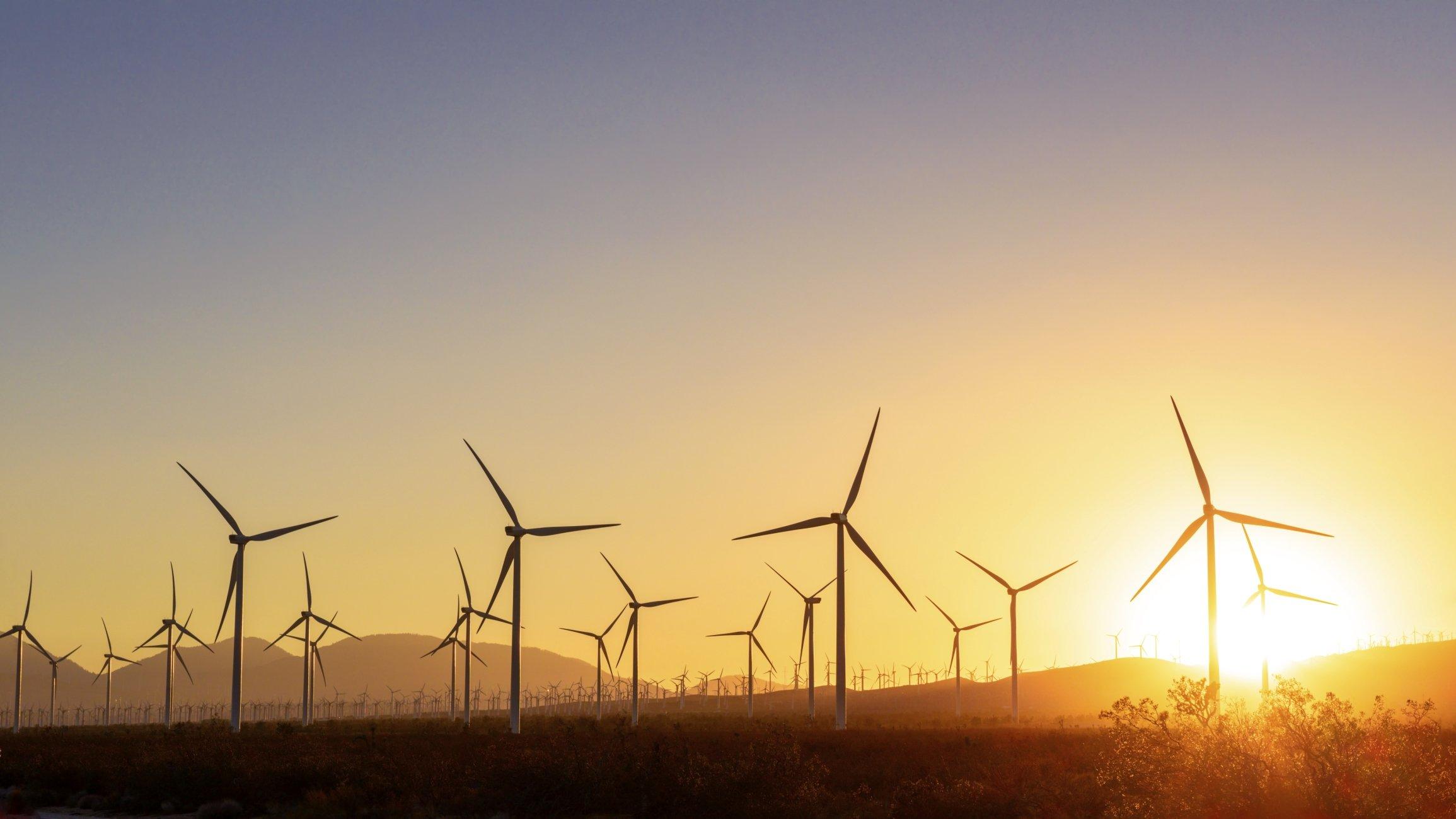 parques eólicos com ventoinhas em funcionamento