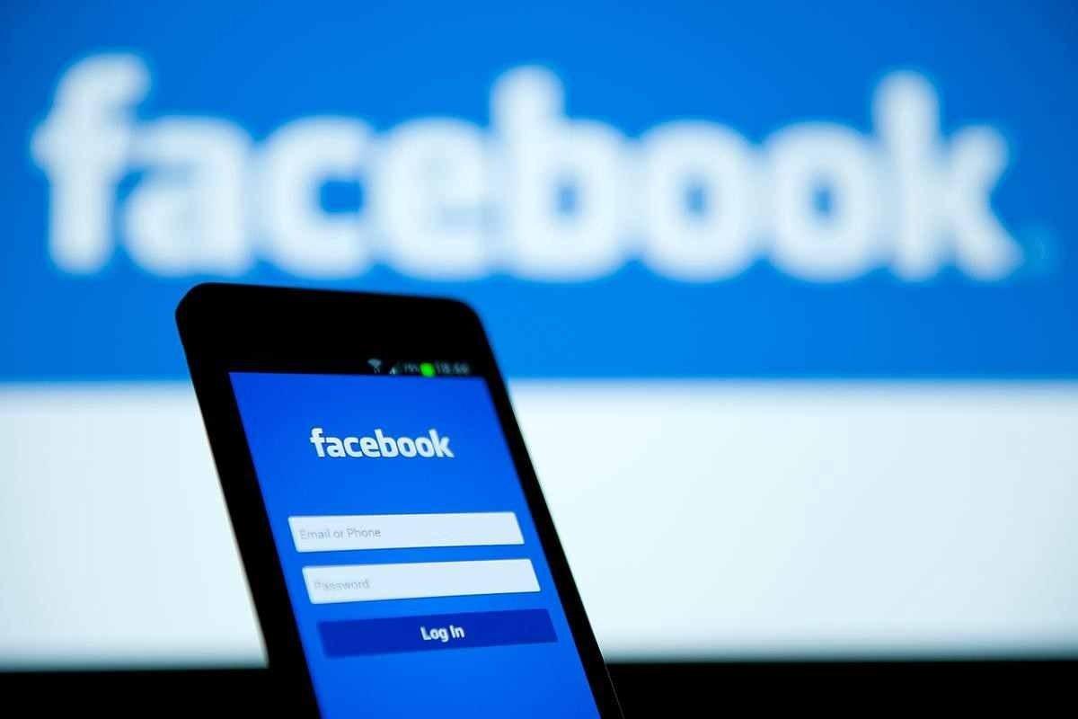 facebook num smartphone e na página de login