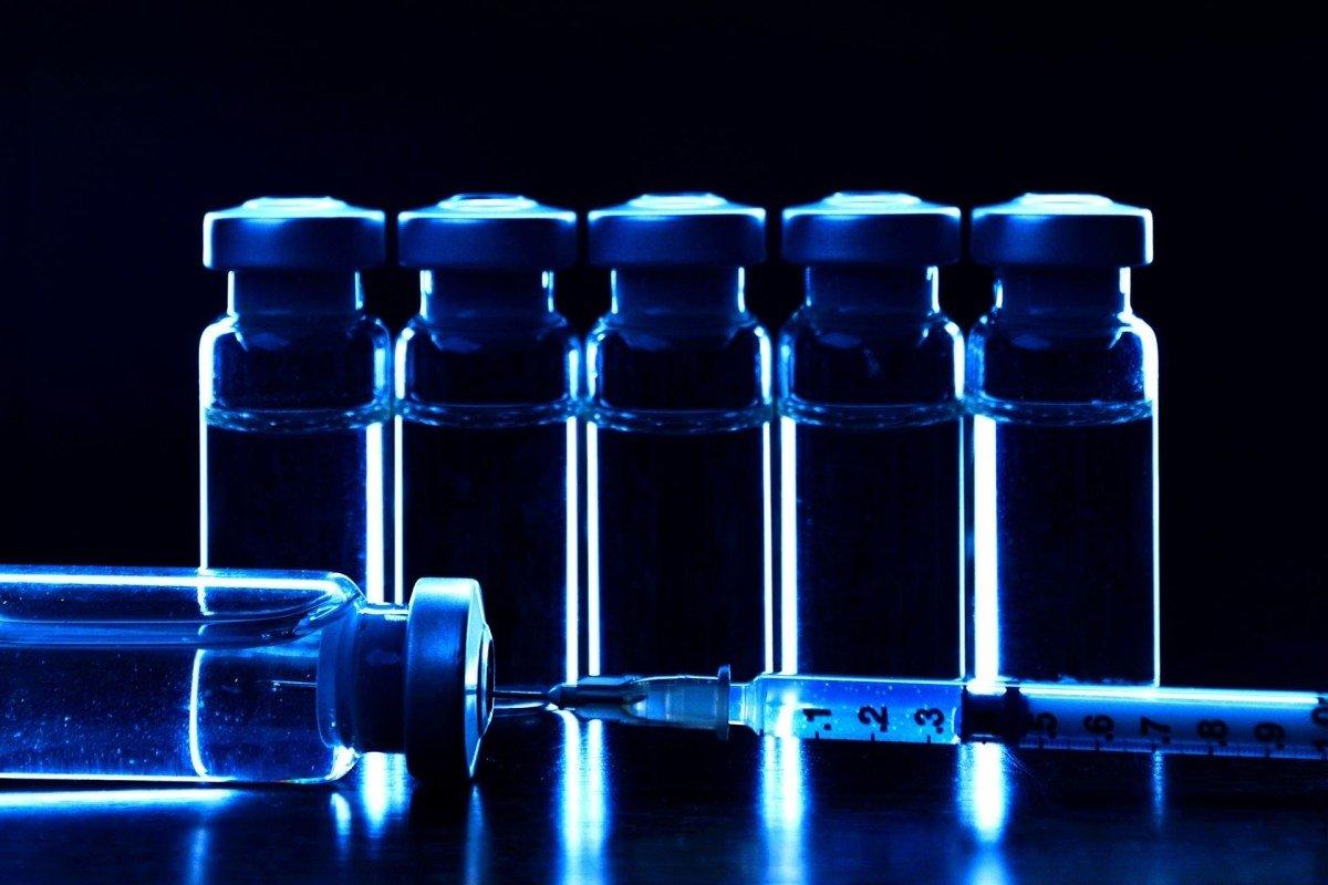 vacinas e frascos com remédio de vacinação
