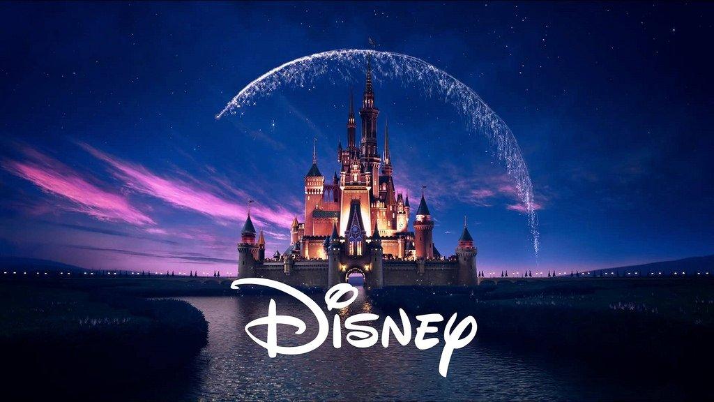 Disney logo sobre o castelo