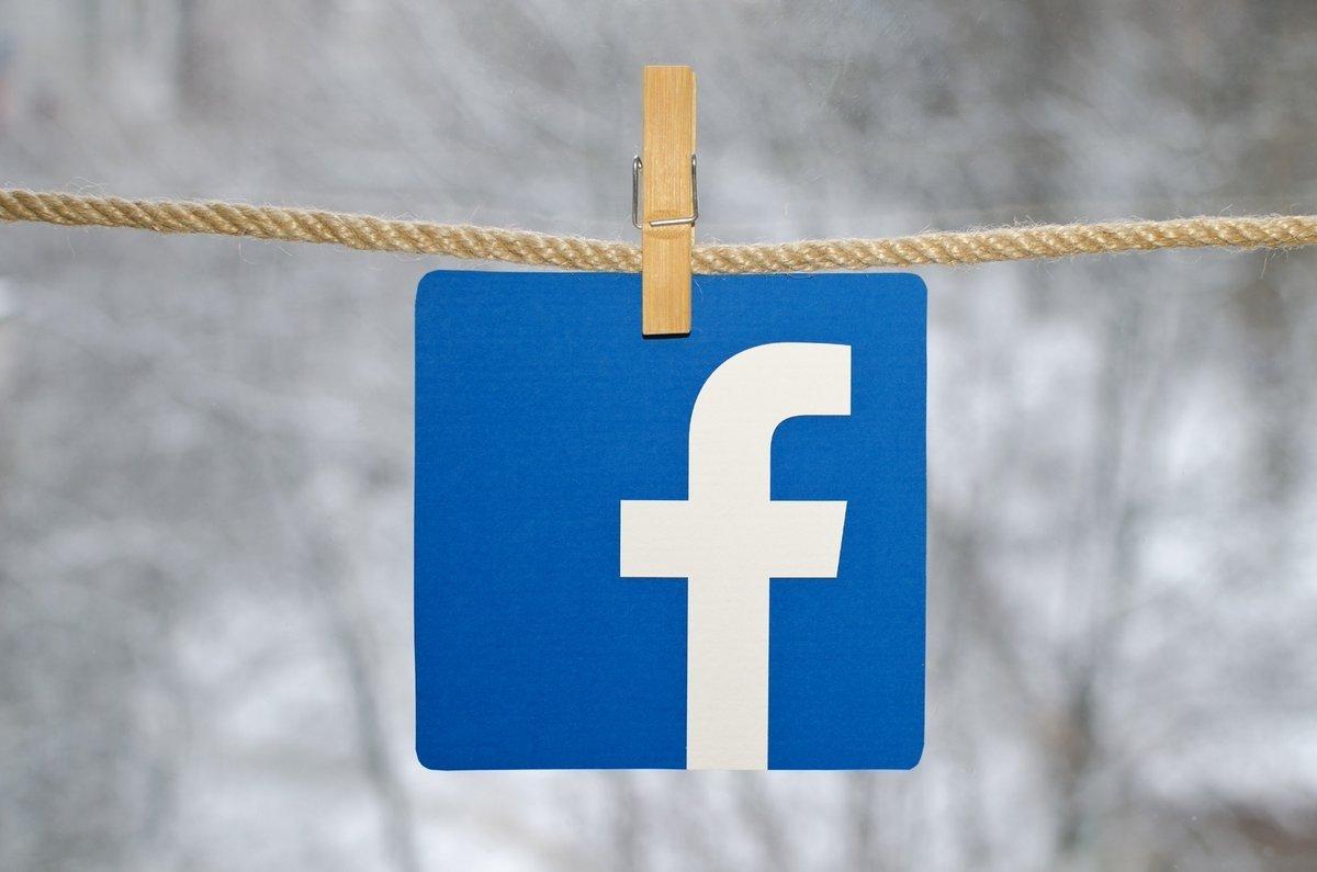 Facebook logo pendurado numa corda