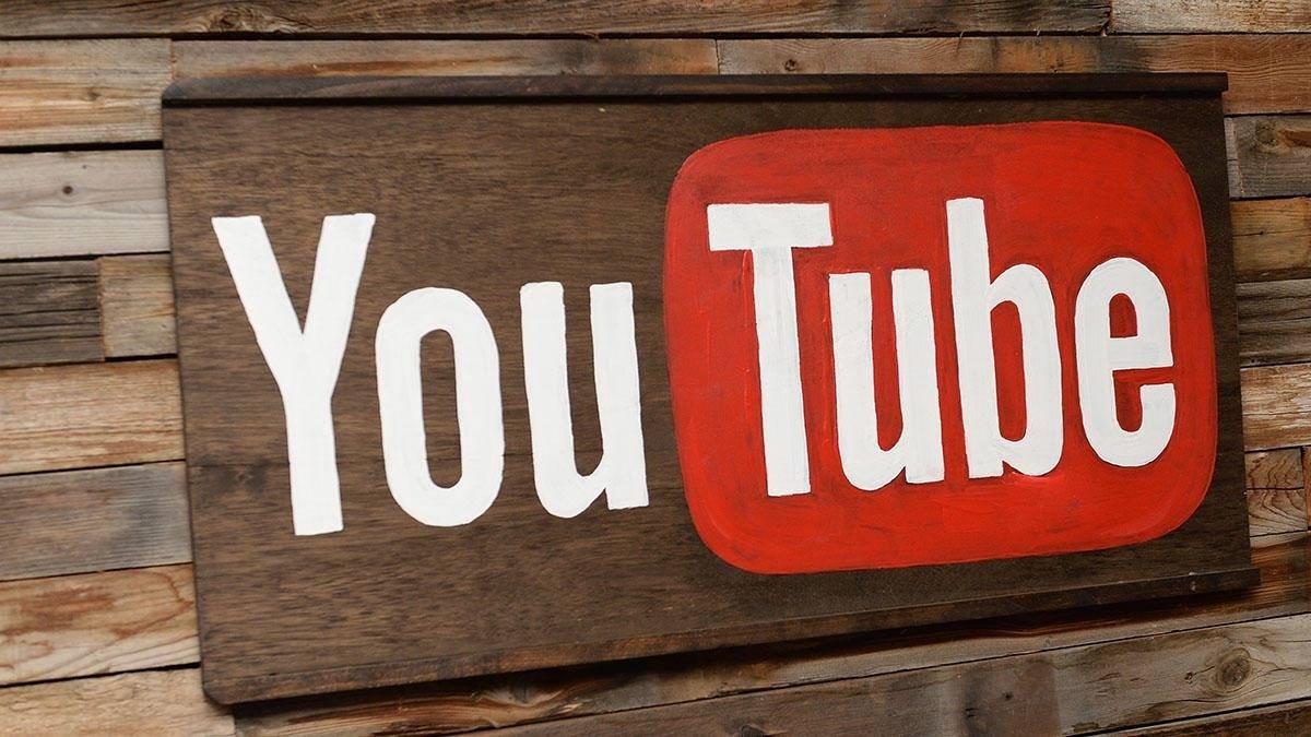 logo do youtube em madeira