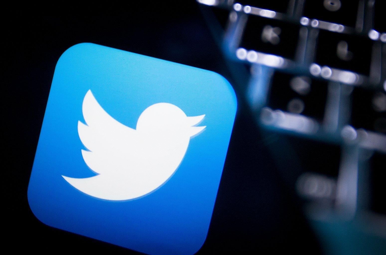 Twitter logo sobre um teclado