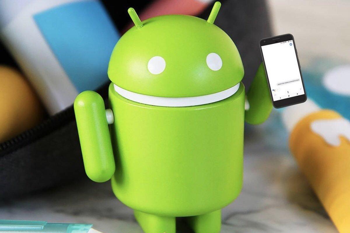 boneco do android a segurar smartphones