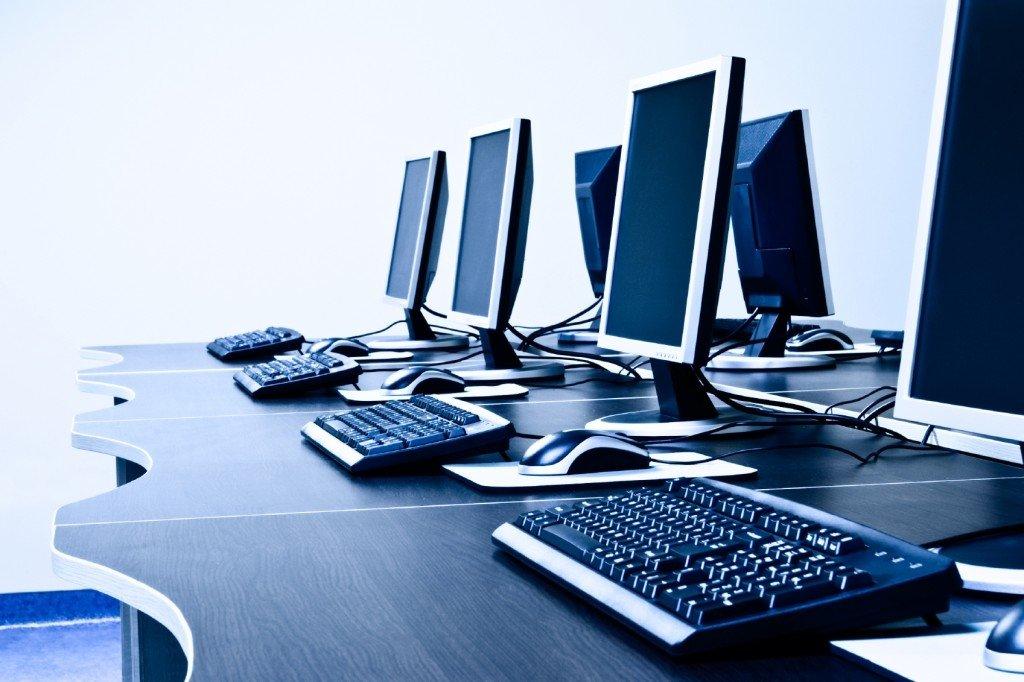 computadores em secretária