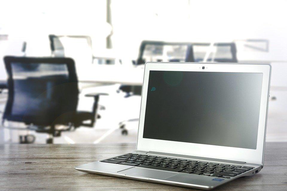 computador em secretária