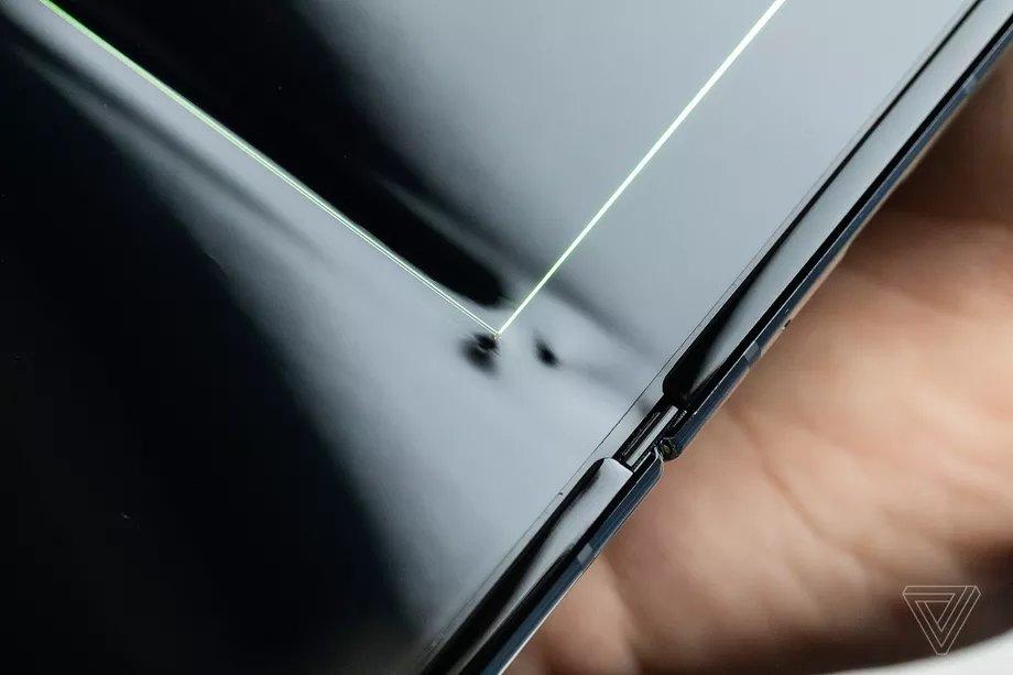pequena saliencia no ecrã galaxy fold