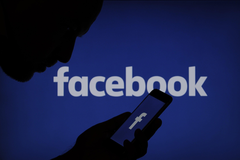 facebook e utilizador sobre smartphone