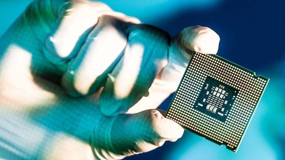 processador da intel sobre uma mão