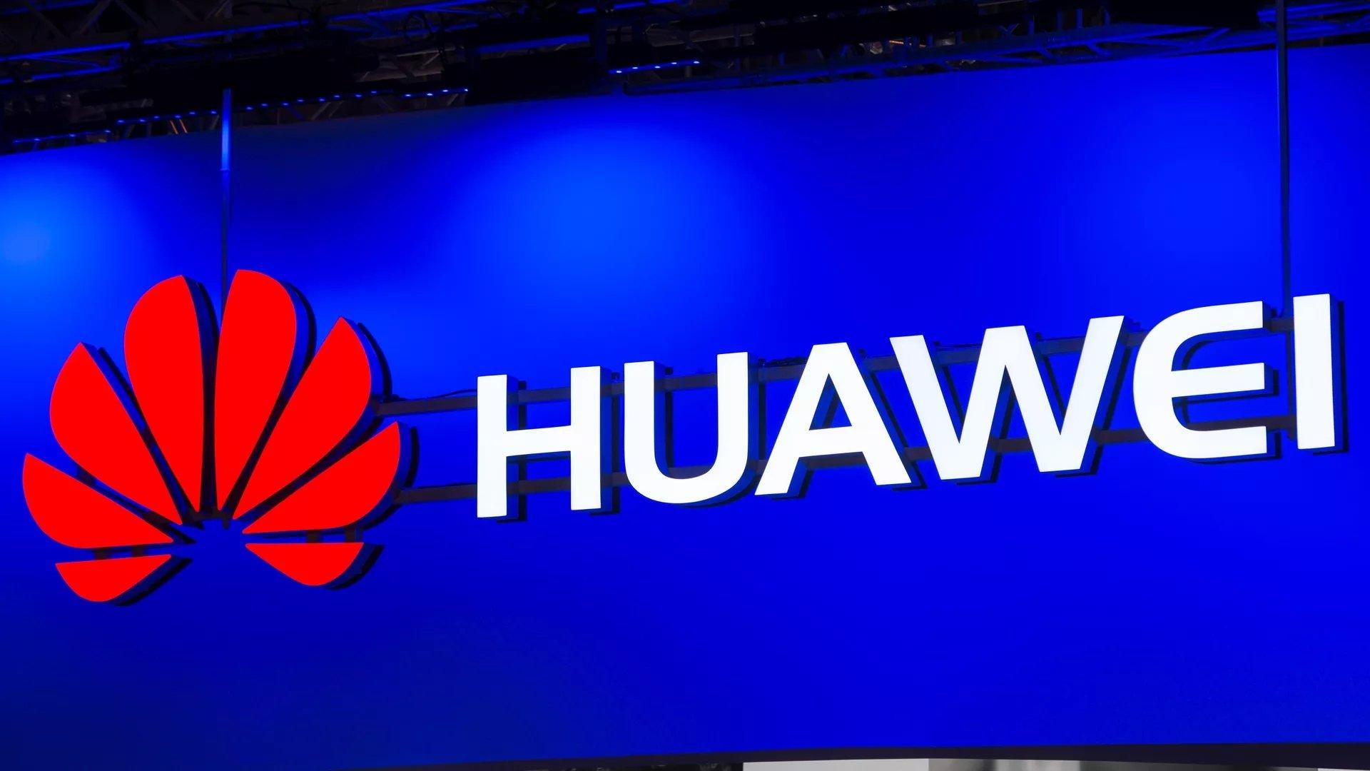 huawei logo sobre parede iluminado