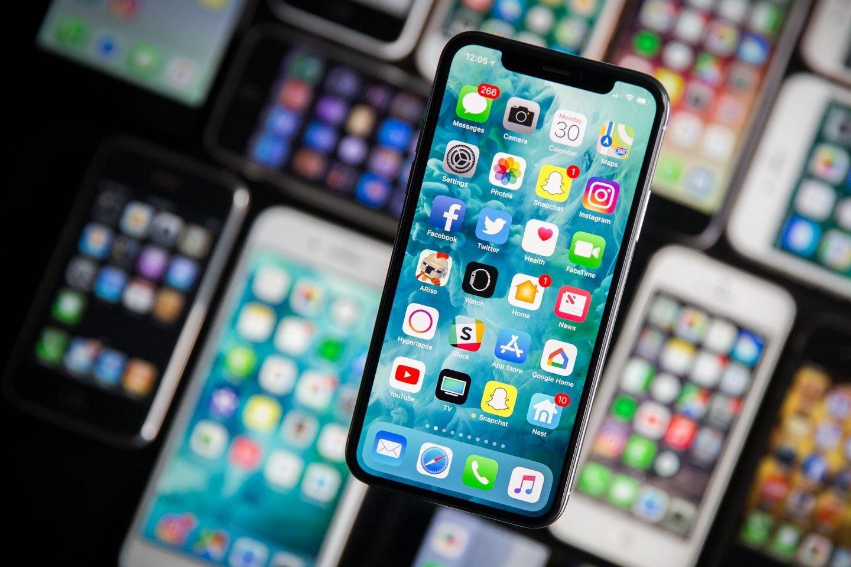 Apple iphone sobre mesa com vários modelos