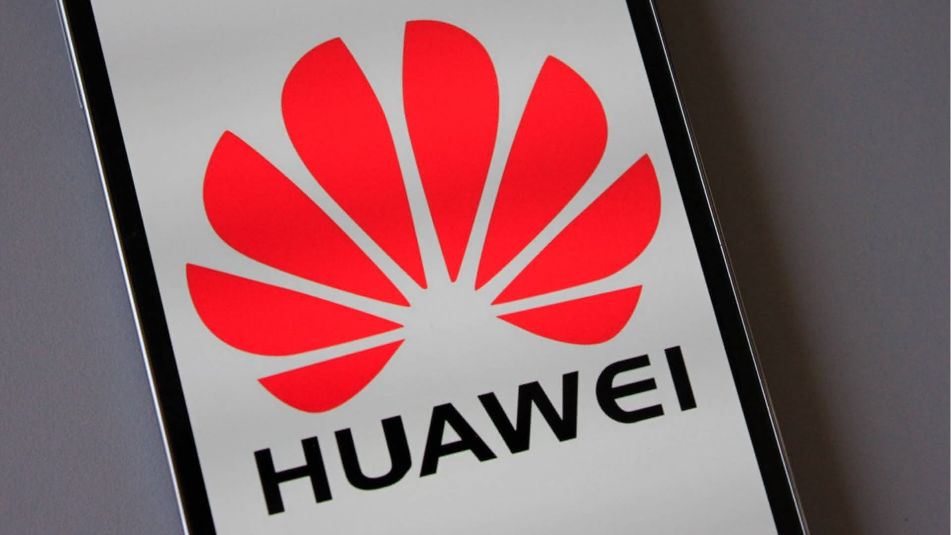 logo da Huawei sobre smartphone