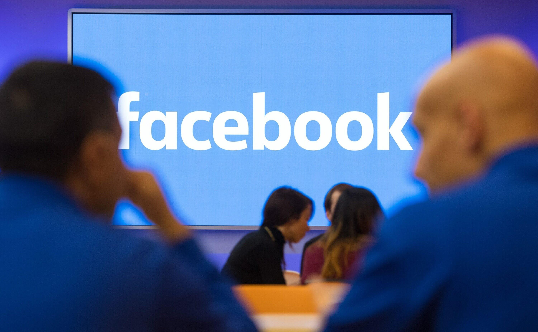 facebook logo numa parede azul