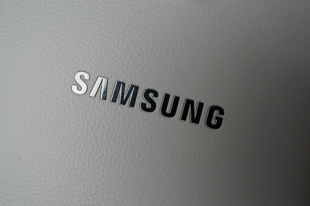 samsung logo sobre pele branca