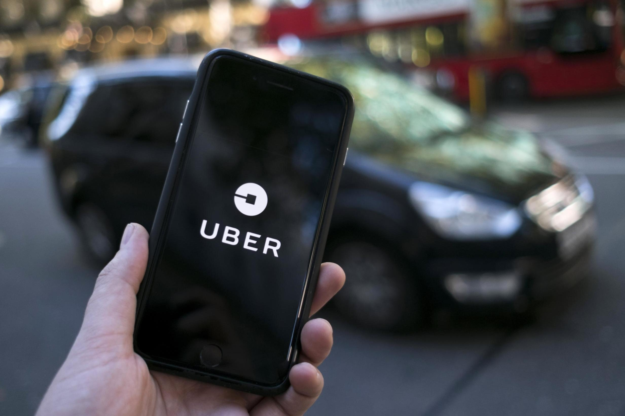 Uber logo com carro preto