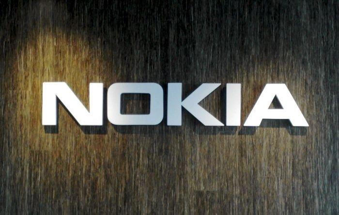 Nokia logo sobre parede escura