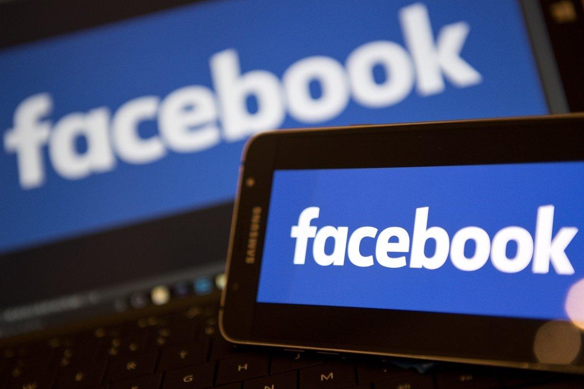 facebook logo sobre smartphone