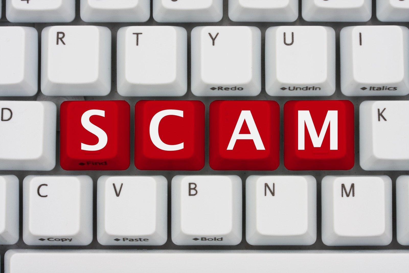 teclado com a palavra scam