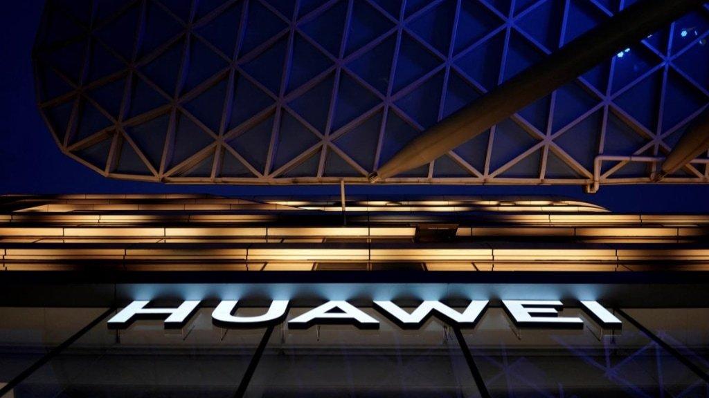 Huawei logo em edifício da empresa