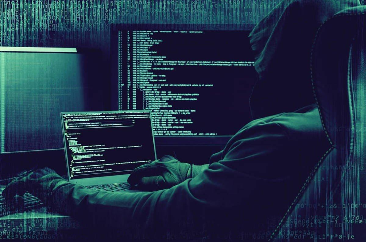hacker em frente de computadores