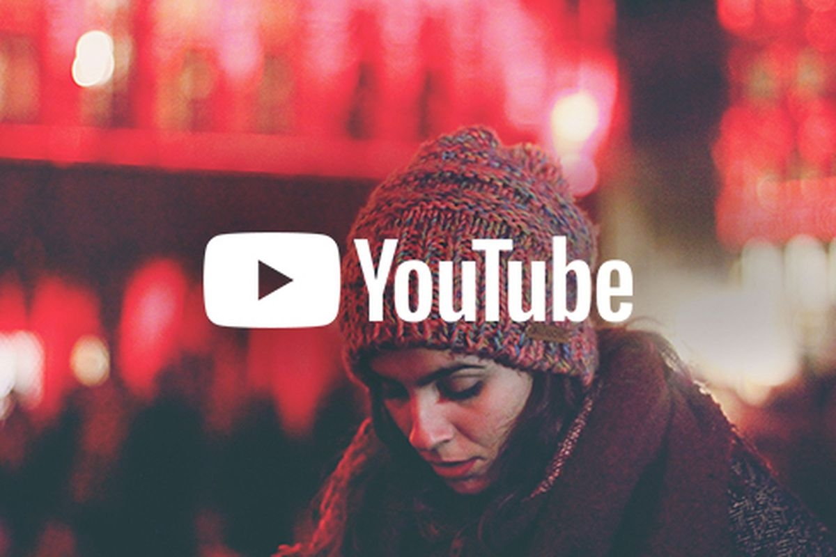 youtube logo com mulher de fundo