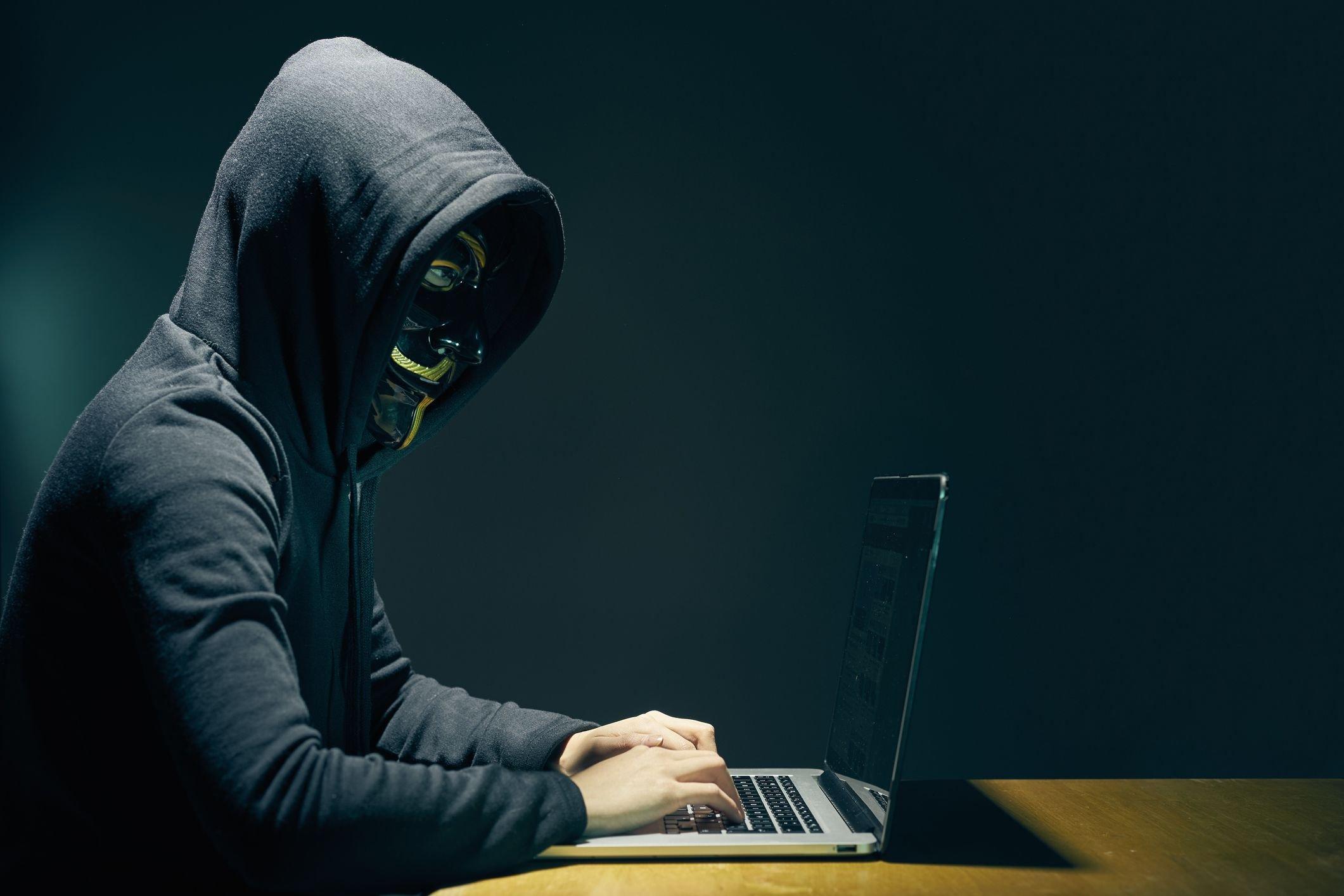 hacker sobre computador