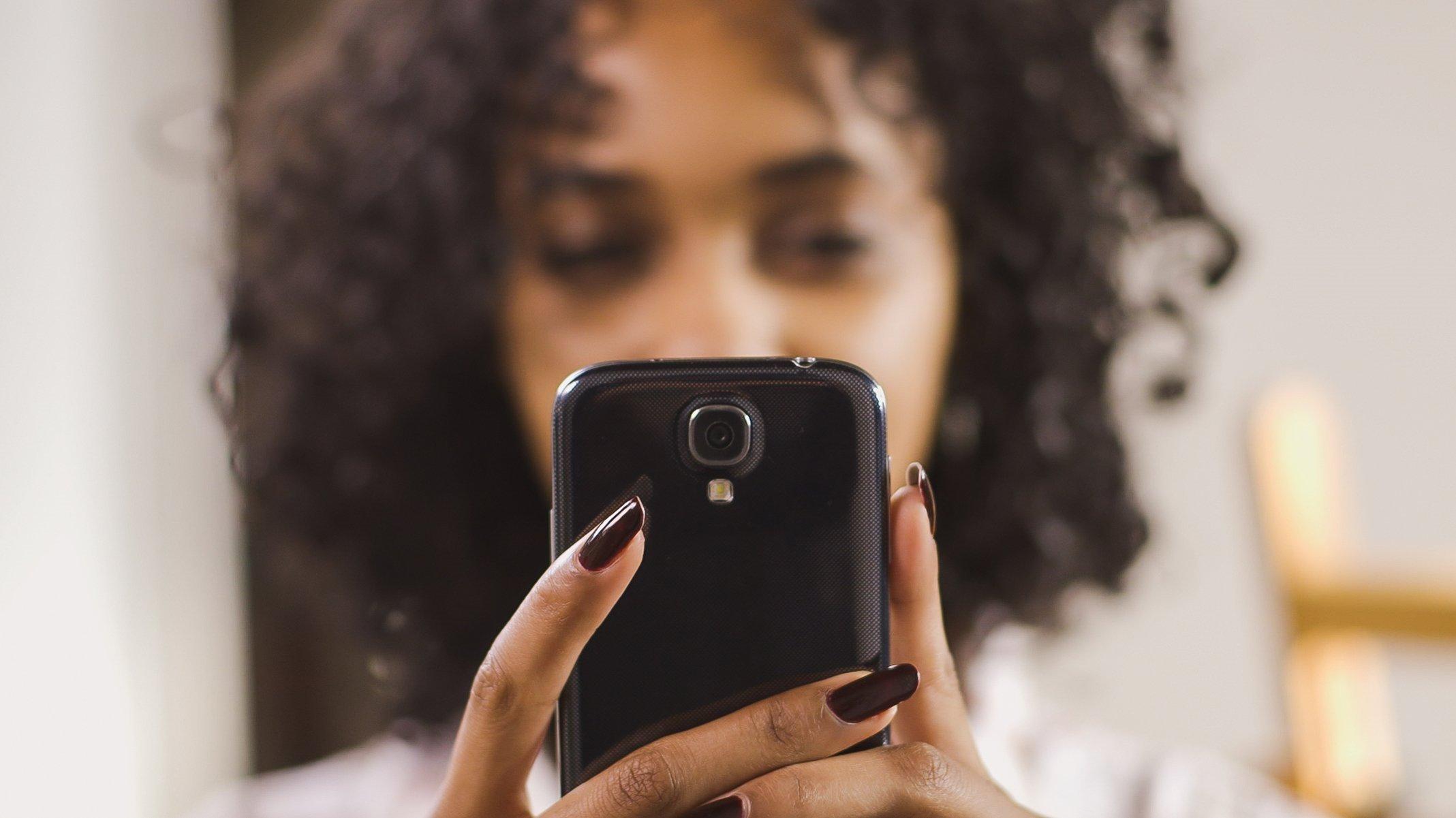 mulher com smartphone na mão