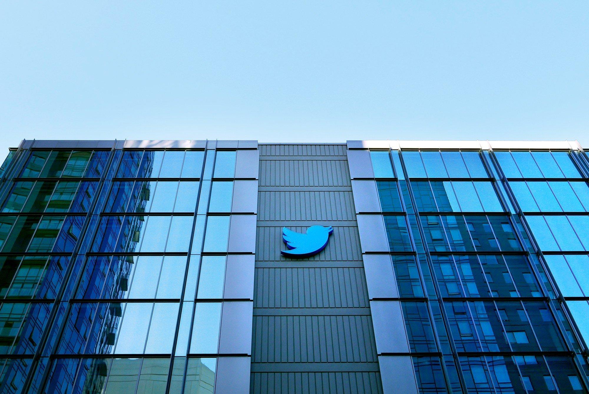 Twitter edificio com logo