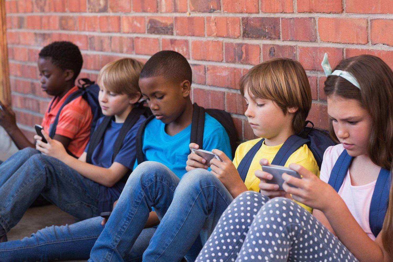 crianças nos smartphones