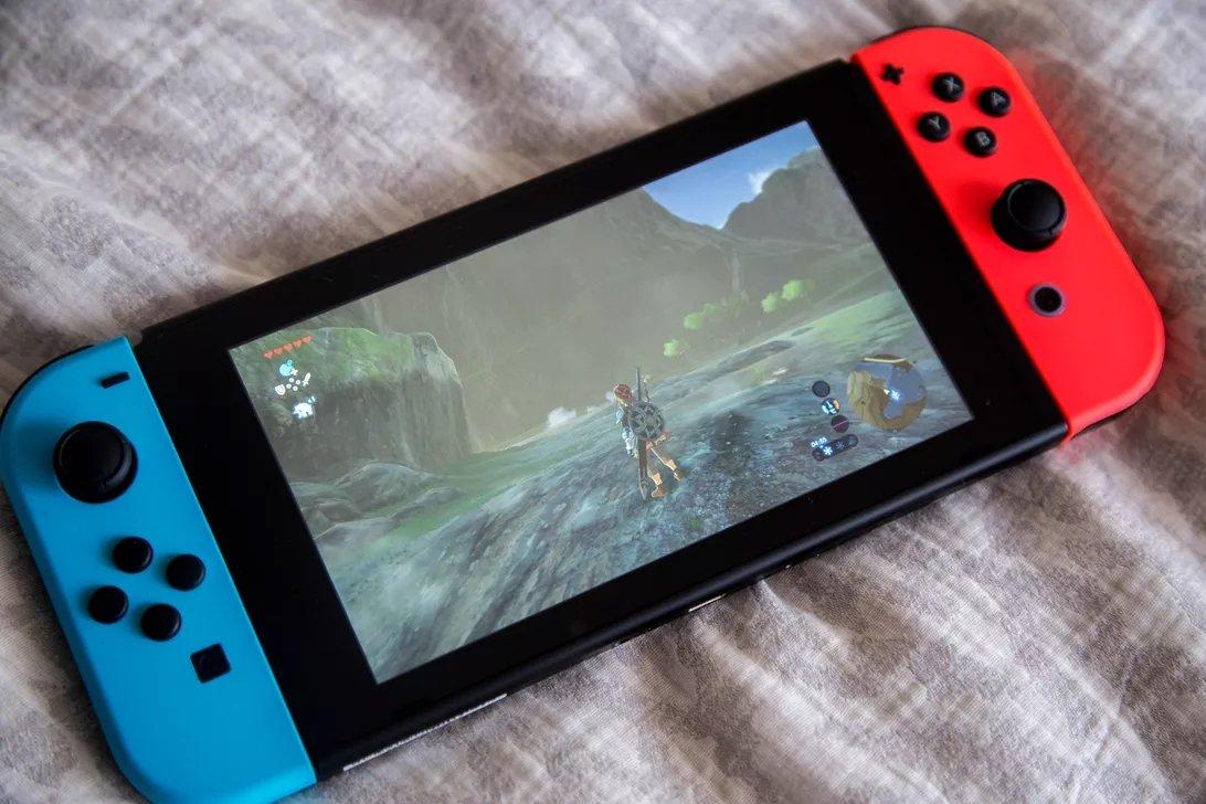 Nintendo Switch ligada com zelda