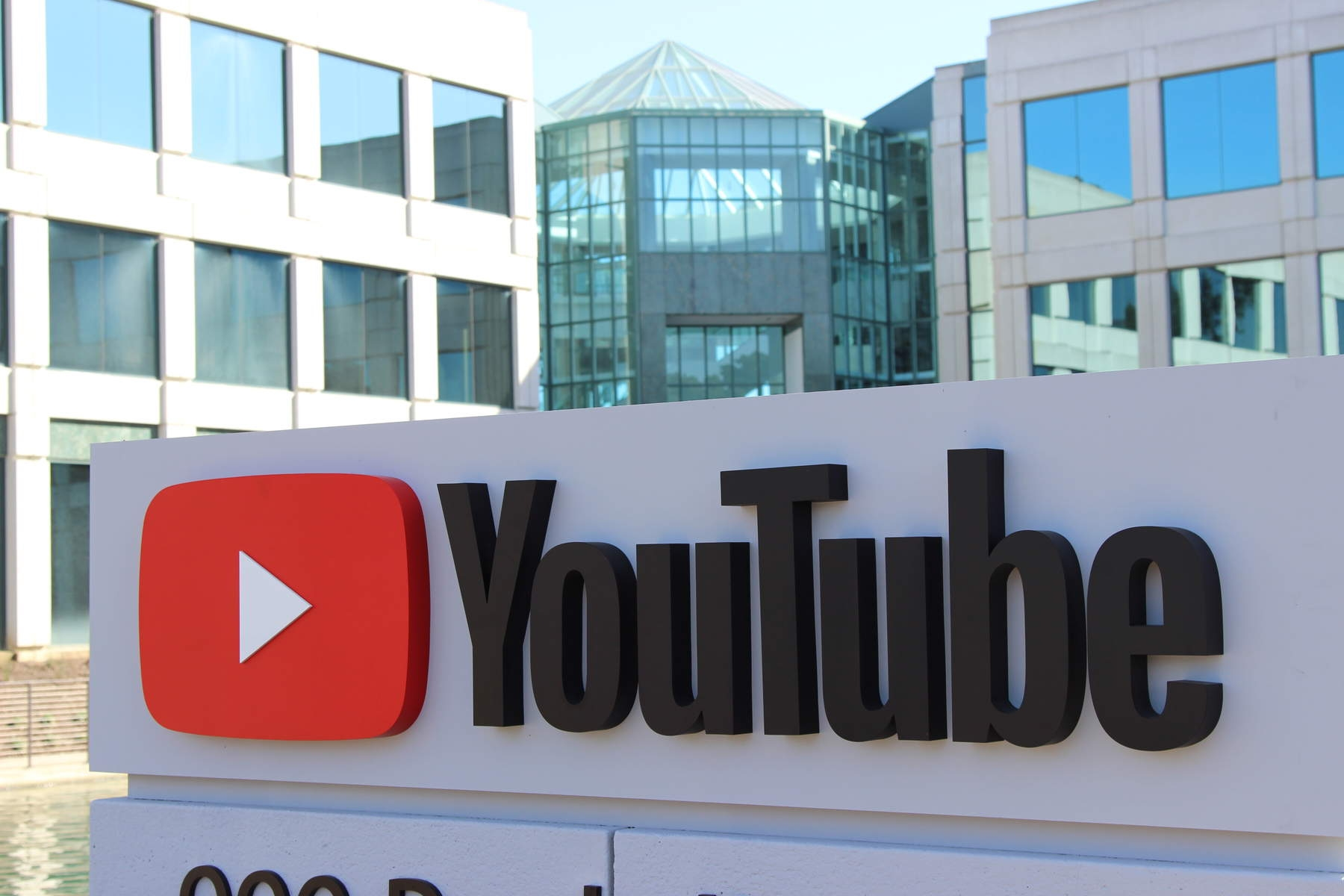 sede do YouTube com a placa na entrada