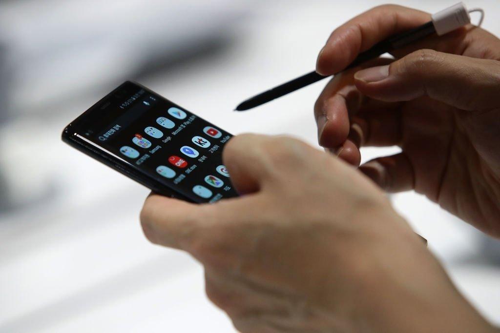Samsung Galaxy smartphone a ser utilizado na mão