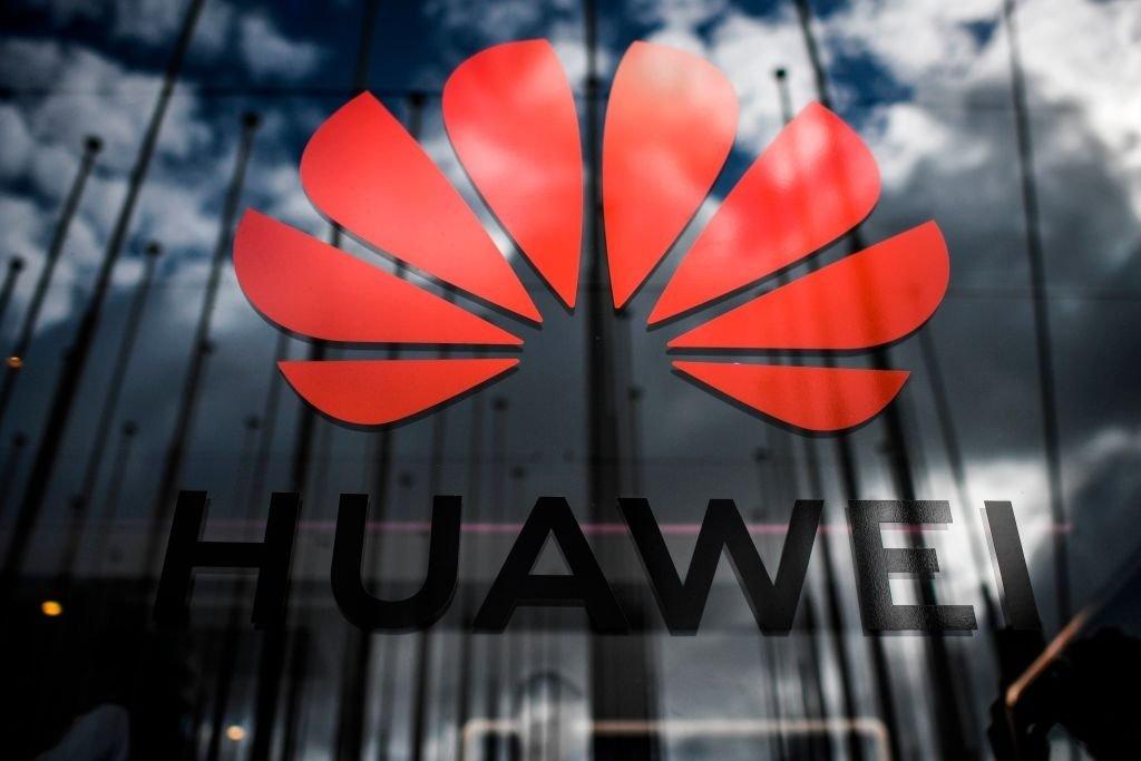 logo da Huawei sobre a sede da empresa