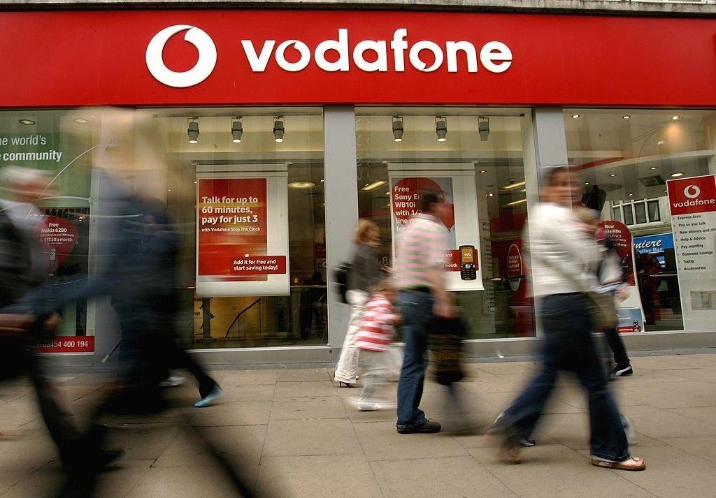 Loja da Vodafone com pessoas à frente