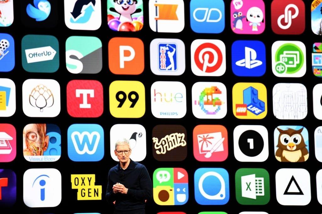 apple e várias apps em fundo durante evento