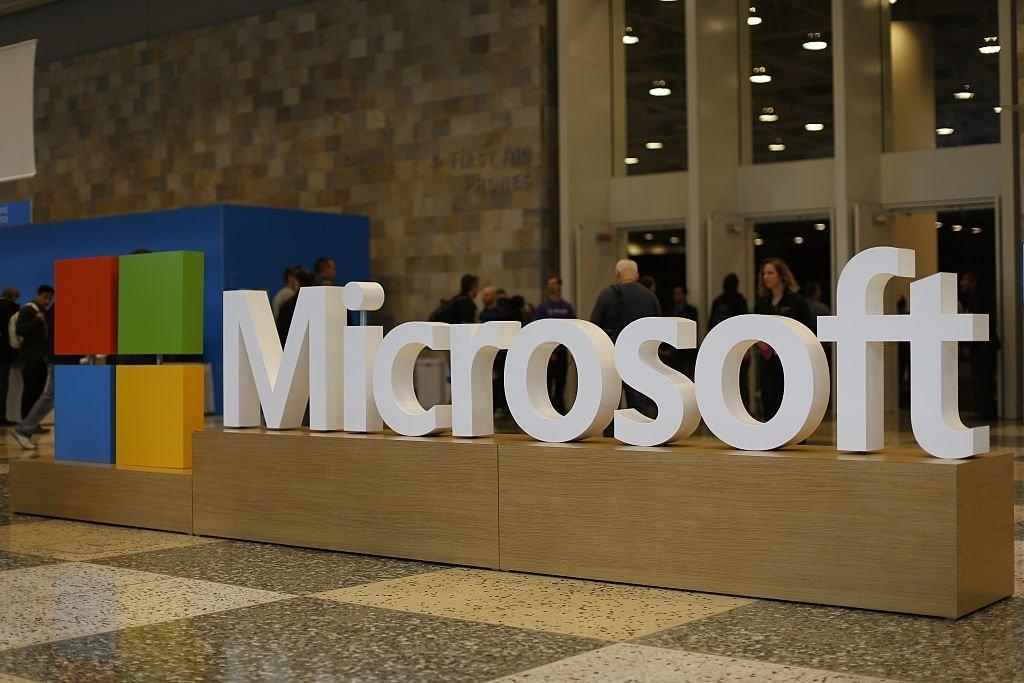 Microsoft logo dentro de um edificio no hall de entrada