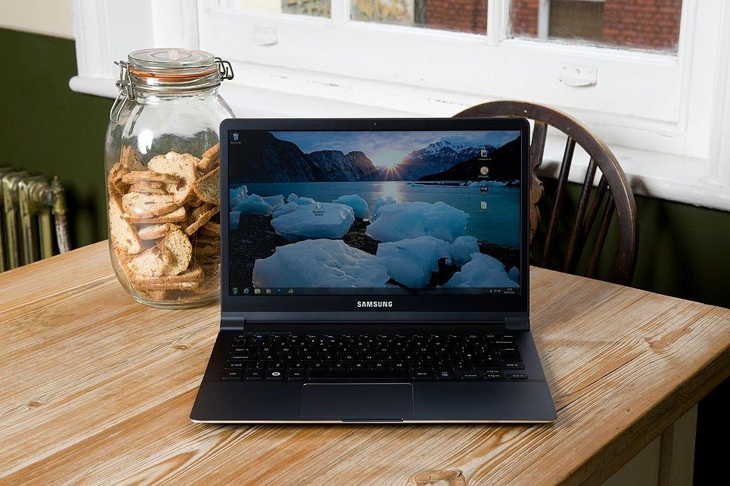 Computador portátil sobre uma mesa em funcionamento