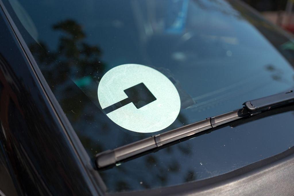 Selo da Uber em veiculo