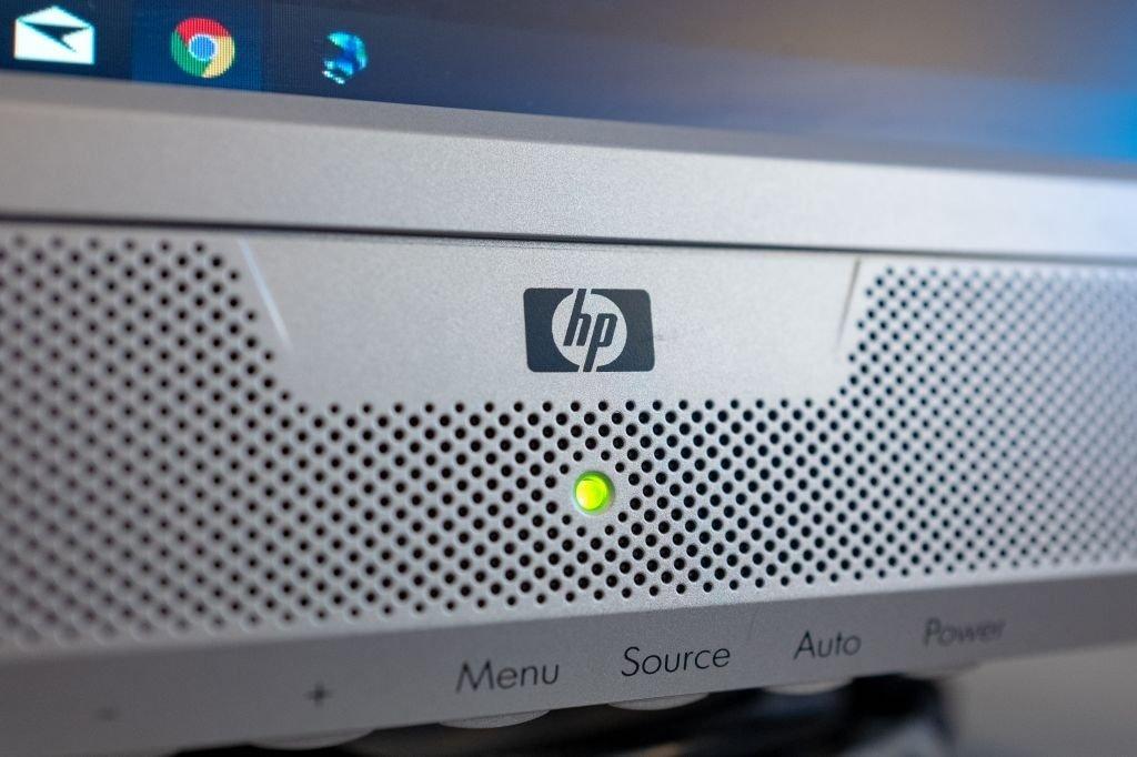 monitor da HP com a marca em destaque