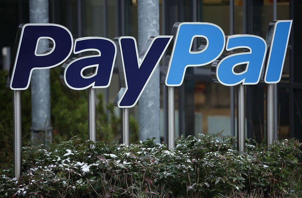 Paypal logo sobre edificio