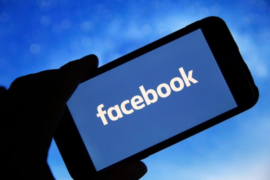 Facebook app sobre smartphone