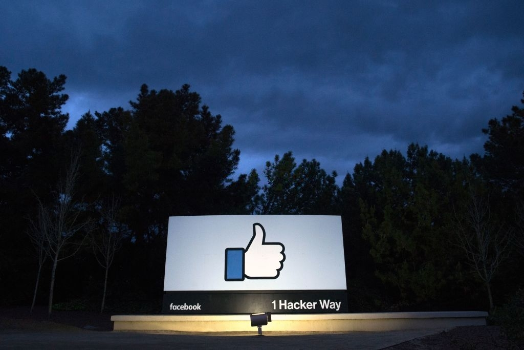 Facebook logo na sede da empresa