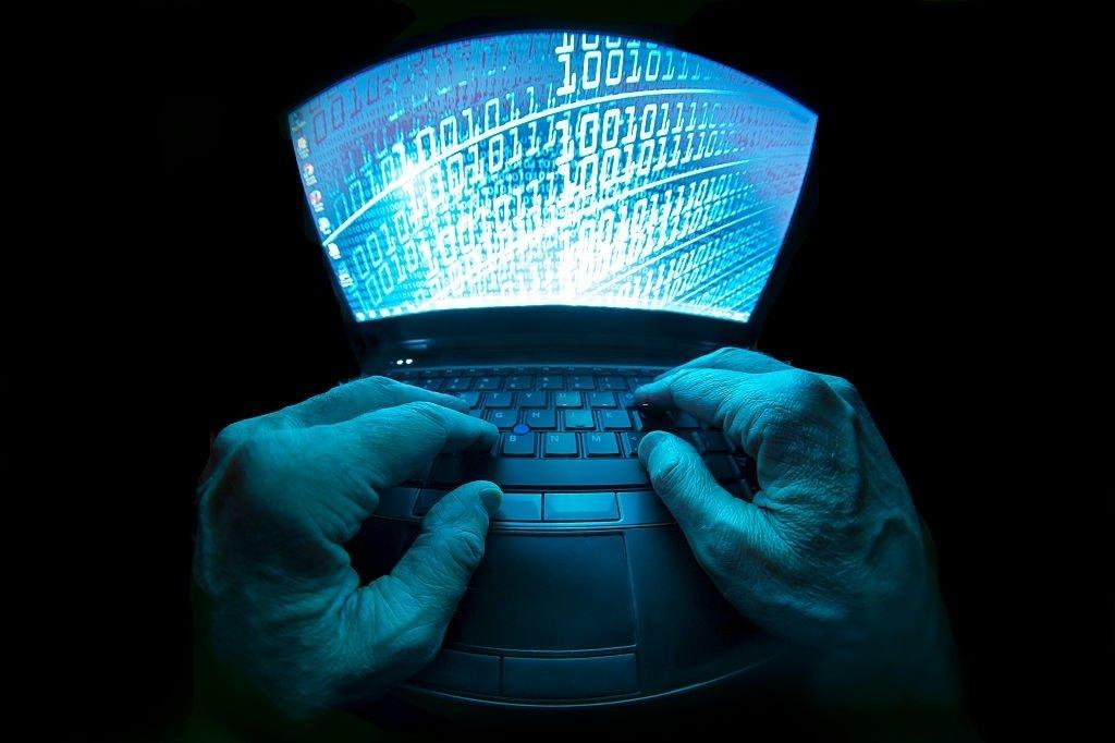 Computador sobre dedos