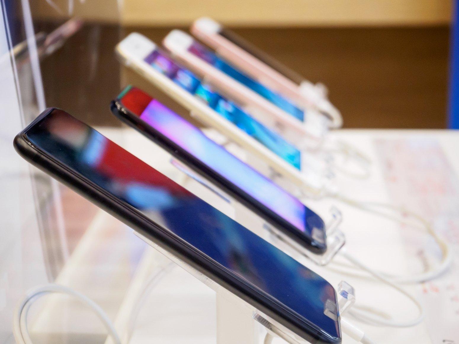 smartphones na prateleira