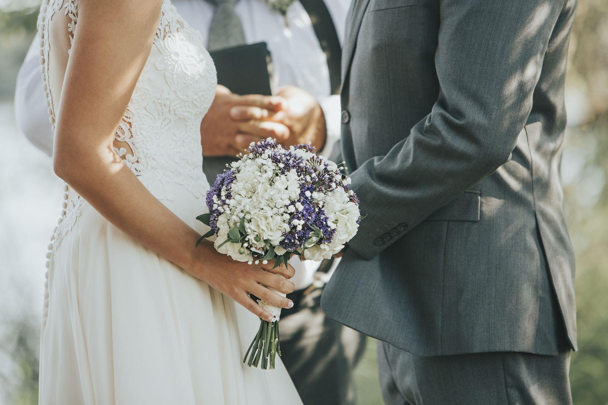 casamento com noivos em destaque