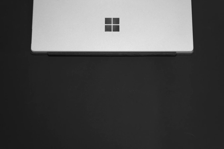 Microsoft logo sobre teclado