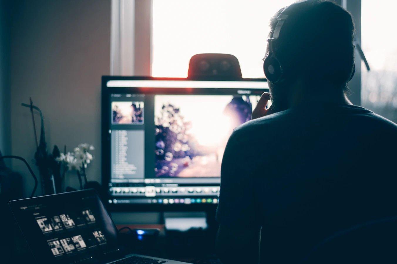 Youtube jovem no computador