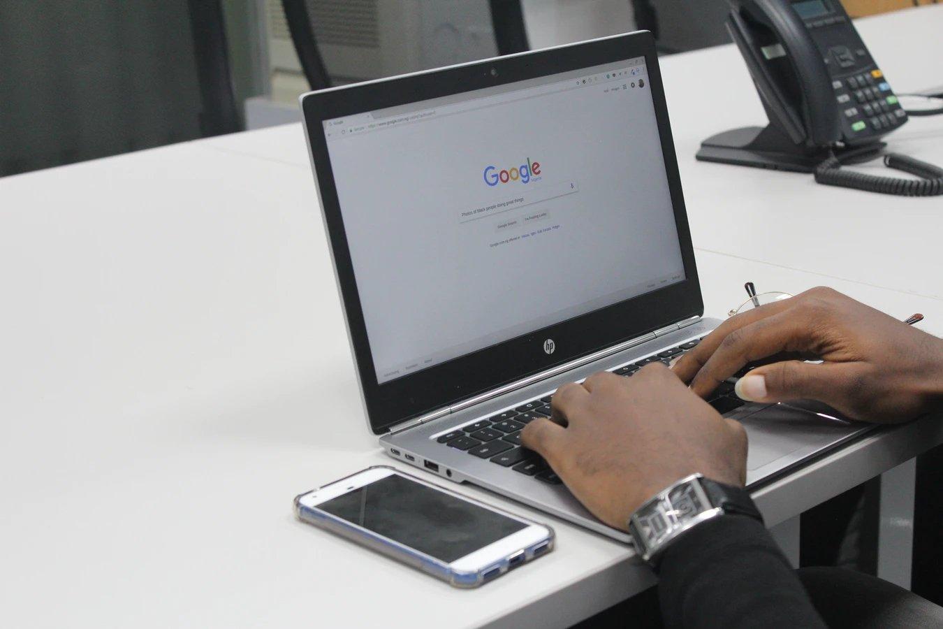 Google pesquisa em portátil