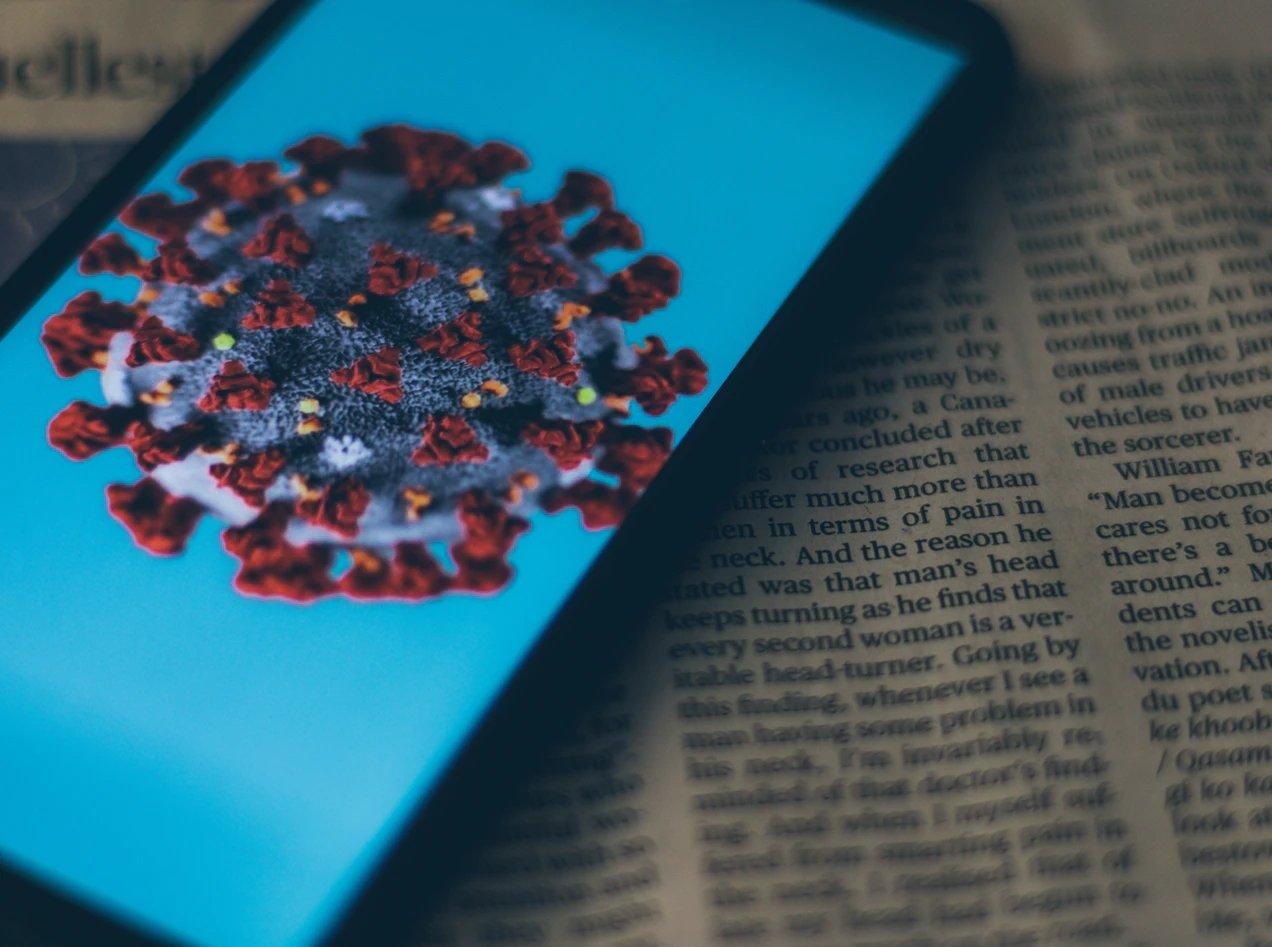 COVID smartphone sobre jornal