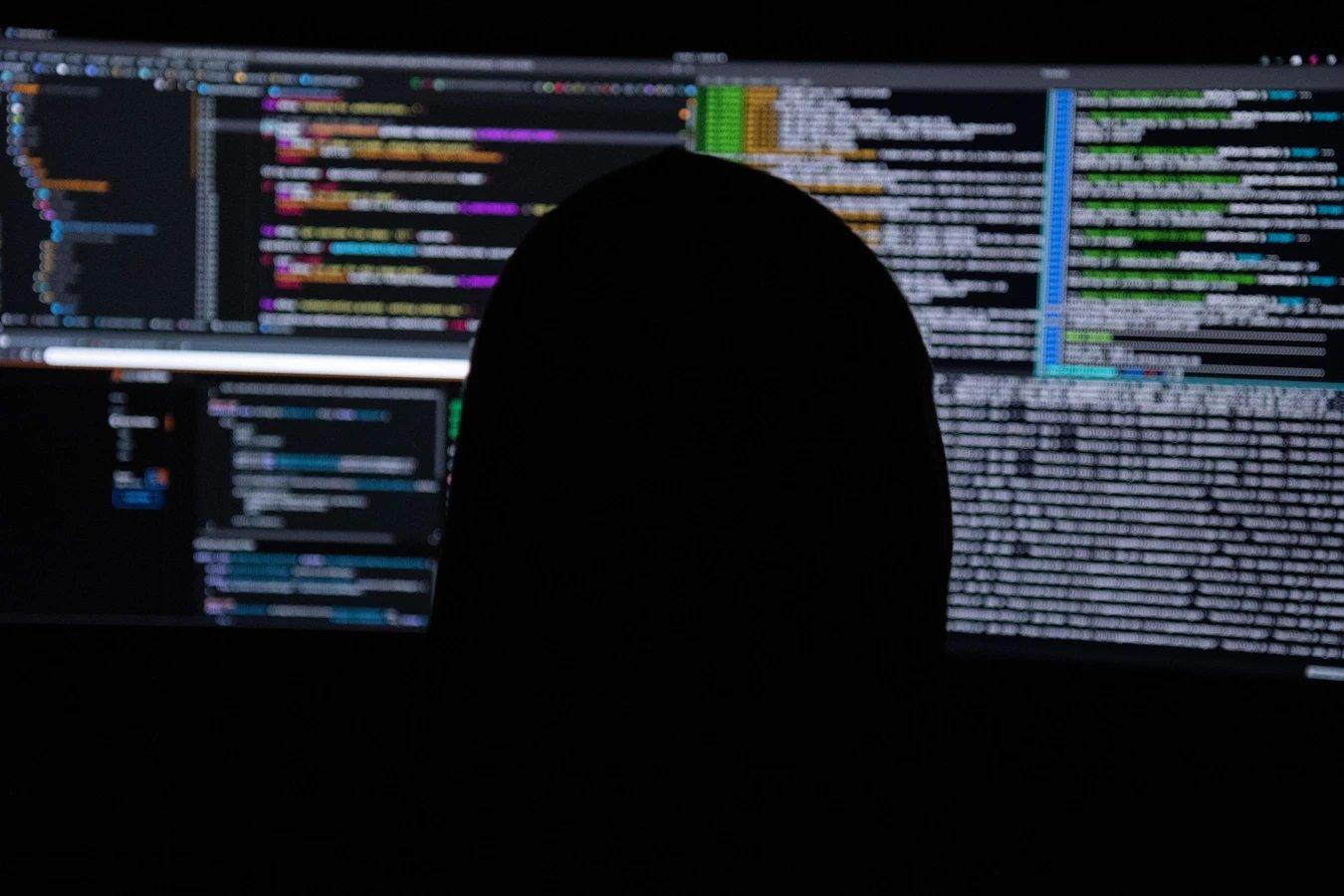 hacker em frente do PC